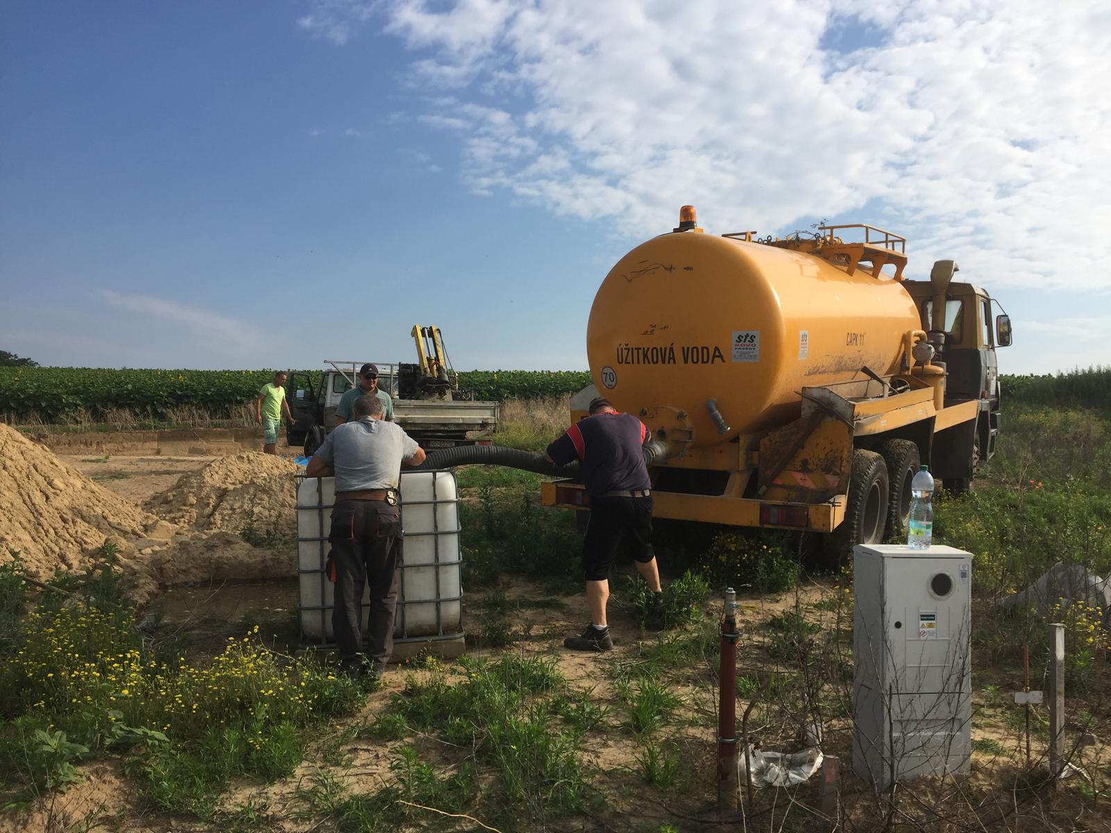 Srnka v Hájiku - Dopustame vodu do externej nadoby (preistotu). Celkovo dovezenych 10m3
