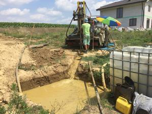Prvy uzsi vrt isiel do hlbky 36m, potom chlapci prehodili na 250mm a prevrtali to na final :) (Teoreticky by sme mohli mat 15m stlpec vody)
