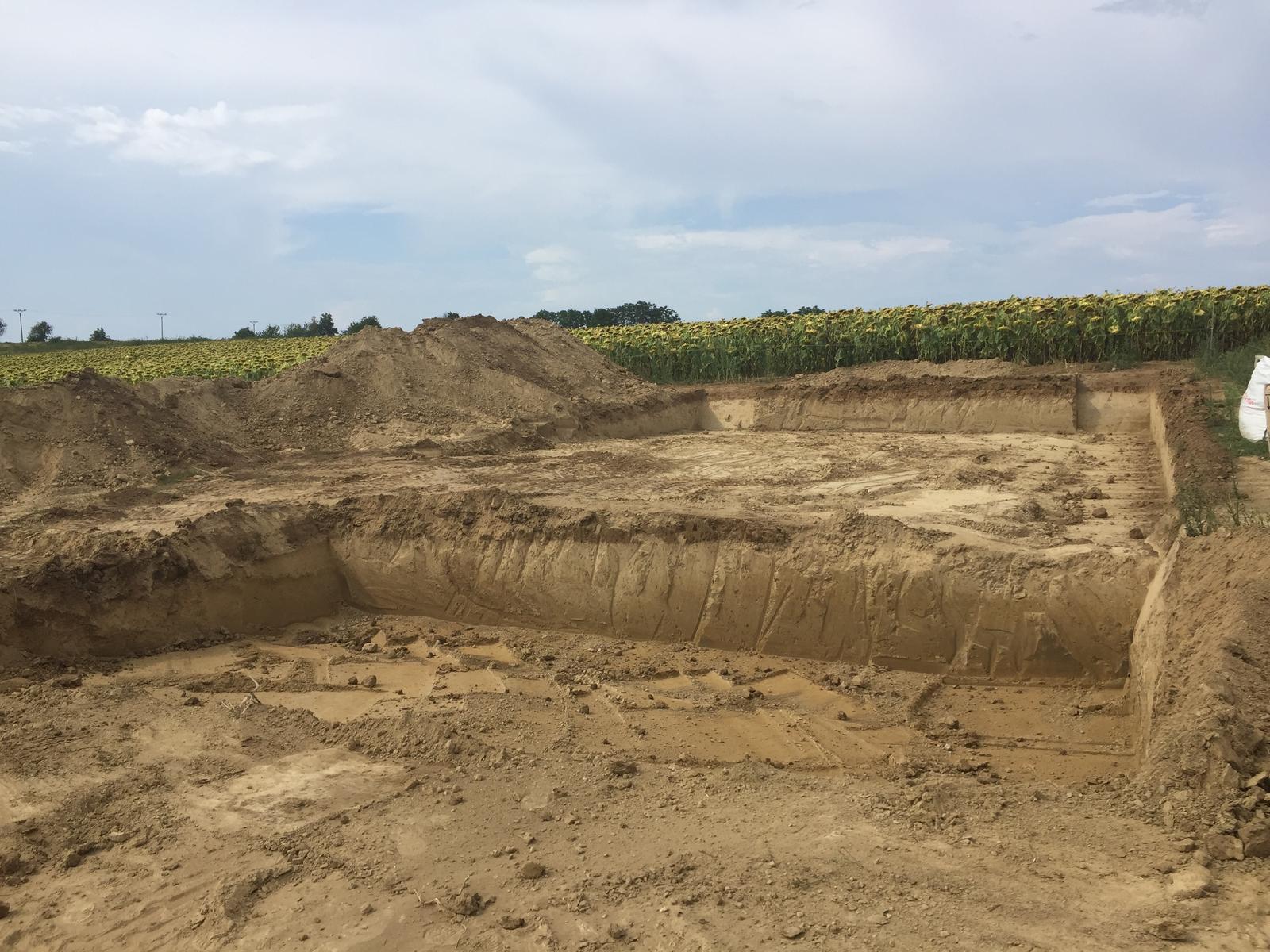 Srnka v Hájiku - 2.8. 2018 - Vykopané, teraz môže prísť geodét a zamerať nam zaklady :) (z pozemku sme odviezli 150m3 zeme, nieco sme si nechali na dosypanie  drobne dorovnanie terasy a pod.)