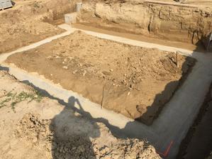 6.9.2018 - Zaklady vycistene, zostava odkopat a vyfurikovat vsetku zem ktora je vyssie ako 20cm nad pasom a potom takto isto aj v hornej casti