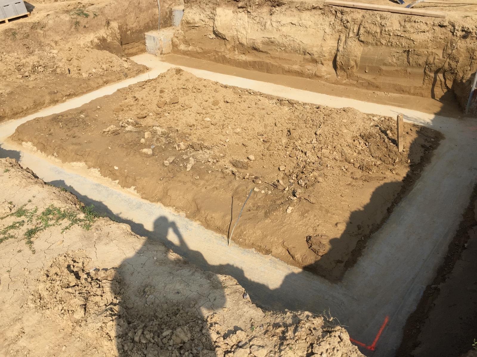 Srnka v Hájiku - 6.9.2018 - Zaklady vycistene, zostava odkopat a vyfurikovat vsetku zem ktora je vyssie ako 20cm nad pasom a potom takto isto aj v hornej casti
