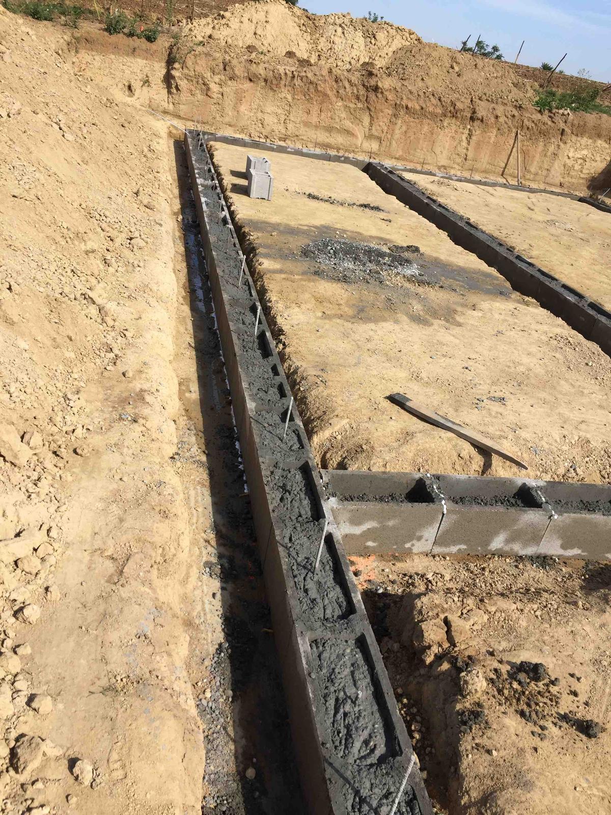 Srnka v Hájiku - 13.9.2018 - DT zaliate :) tento rad som lial ako prvy a s pumpou som robil prvy krat v zivote, tak som to mierne preplnil, ale pumpar vravel ze je to OK a ten uz nejaky ten kubik betonu videl, tak mu budem verit :)