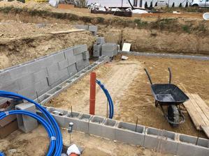 23.9.2018 - okolo potrubia je v kazdom smere min 5-10cm zhutneneho piesku