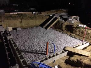 23.9.2018 - Zajtra si pripravim kratke roxory a nivelakom prenesiem presne vysky aby som vedel kde mi kolko kamena este chyba. Musime sa poponahlat beton na piatok rano je uz objednany :)