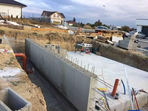 20-21.10.2018 - Tento vikend sme doukladali stenu, naviazali zelezo, zamiesali 1m3 betonu (triedu netusim, ale do 1m3 sme dali 400kg cementu) + sme aj zastierkovali zadnu stranu steny a pripravili ju na natretie hydroizolaciou :)
