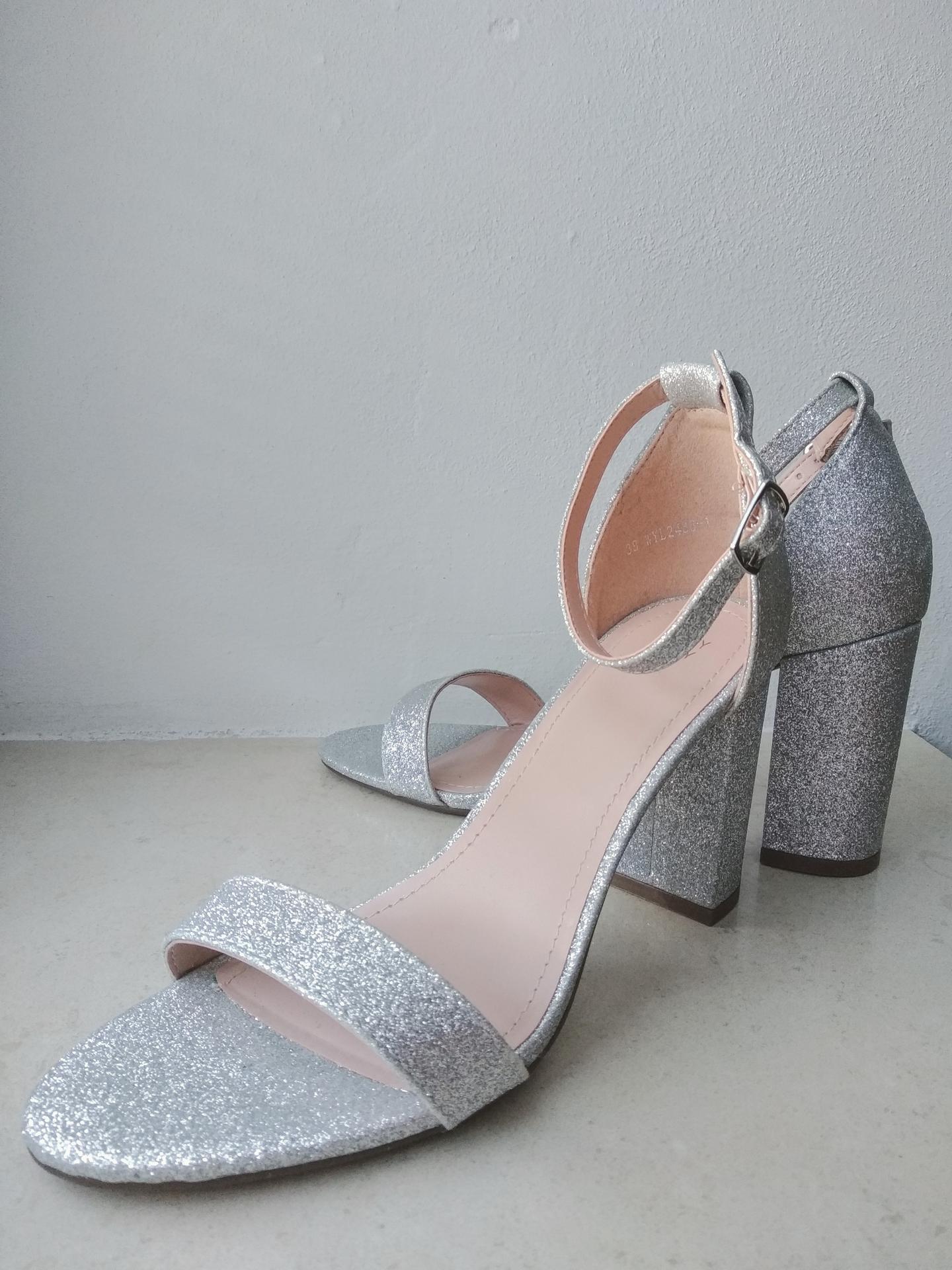 Svatební přípravy - Večer se plánuji přezout do vhodnějších bot, které lépe drží na noze díky pásku přes kotník a zvládnou tak všechny taneční kreace 😁 Možná zůstanu celý den v původních. Uvidíme dle situace. Chci mít možnost otevřenou a být připravena na vše :D