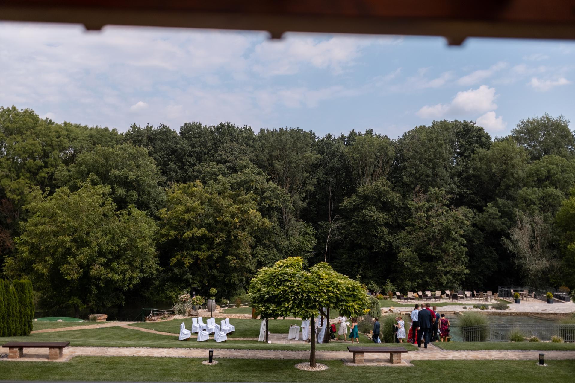 Daniela     {{_AND_}}     David - Výhled z mého pokoje/balkónu přímo na obřad.