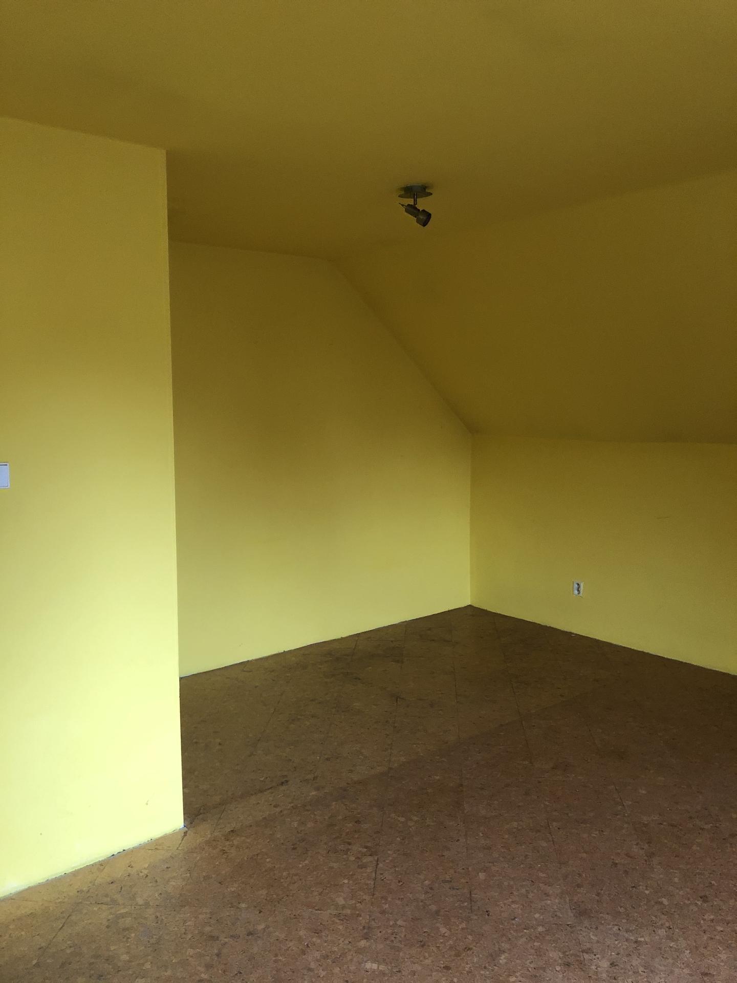 Tak i my jsme se dočkali 🏡❤️⚒ - PŘED  Velký pokoj v patře (nejspíš dcery pokojíček)