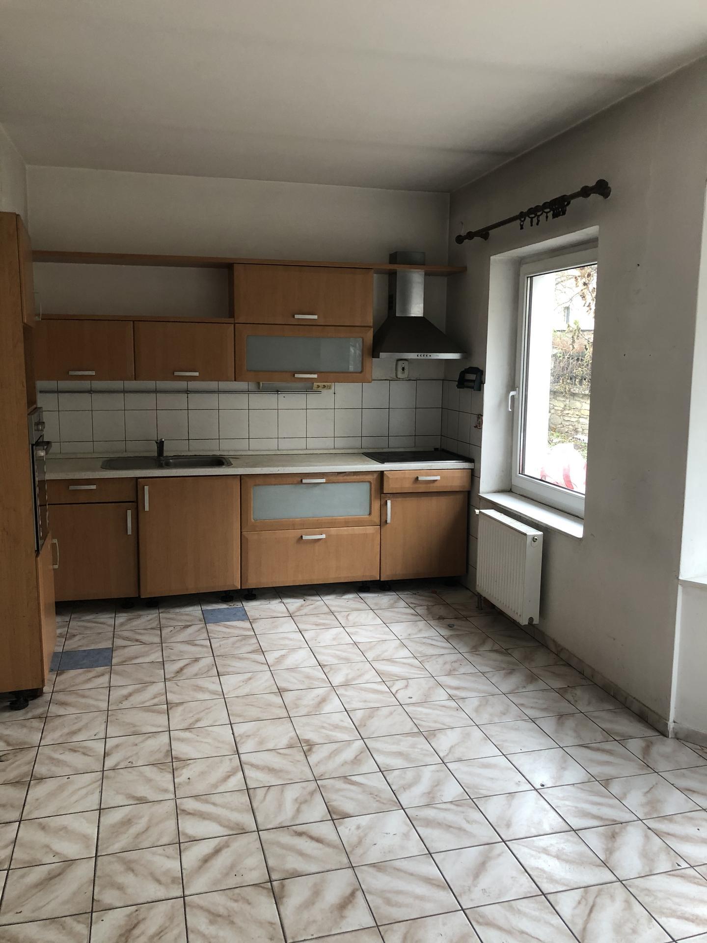 Tak i my jsme se dočkali 🏡❤️⚒ - PŘED Kuchyň v přízemí, naprosto zanedbaná a špinavá (ani nejde popsat slovy), celé přízemí se bude předělávat (podlahové topení,..).