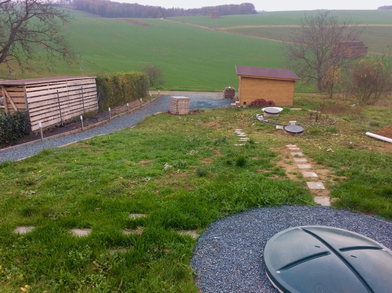 Fáze druhá ... zahrada - Listopad 2018 - letos už nejspíš terén svahu nedorovnám a taky nedodělám cestičku k nádržím na vyčištěnou a dešťovou vodu