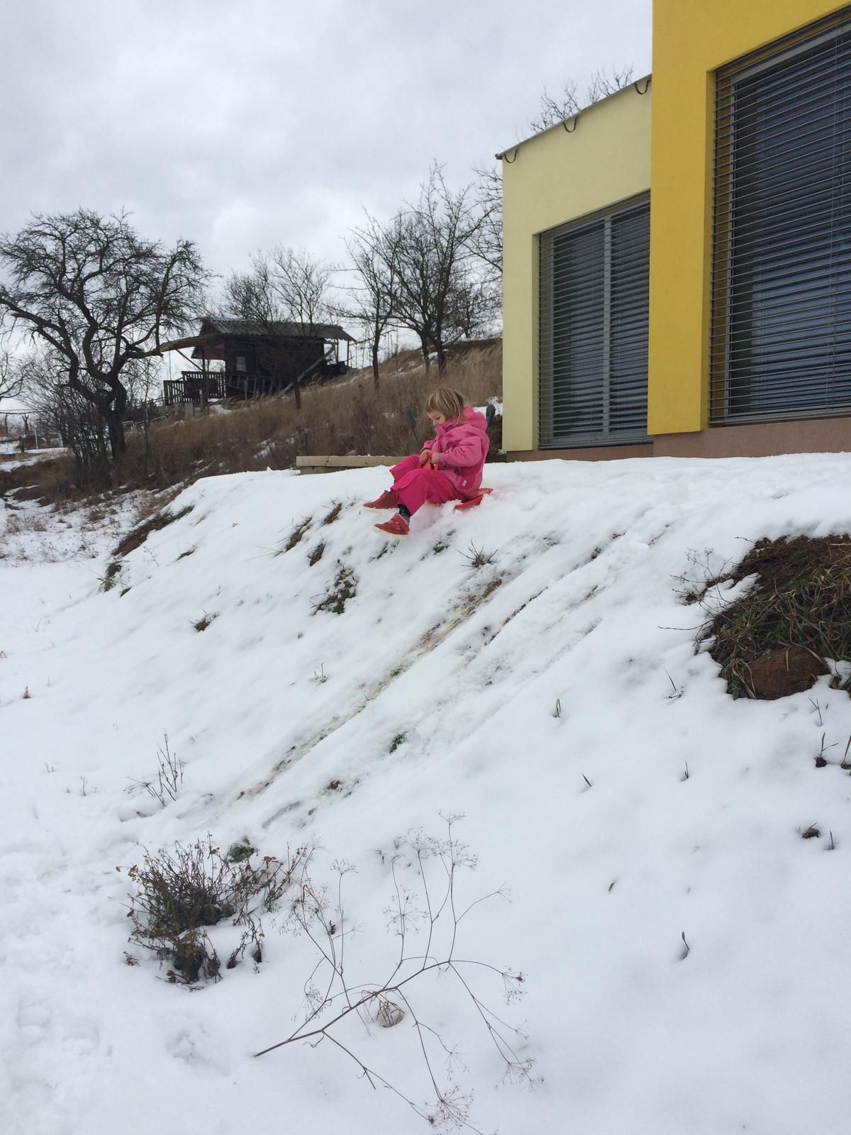 Skřítčí zahrada 2015 - 2020 - Leden 2017 - zídka před domem ještě nestojí