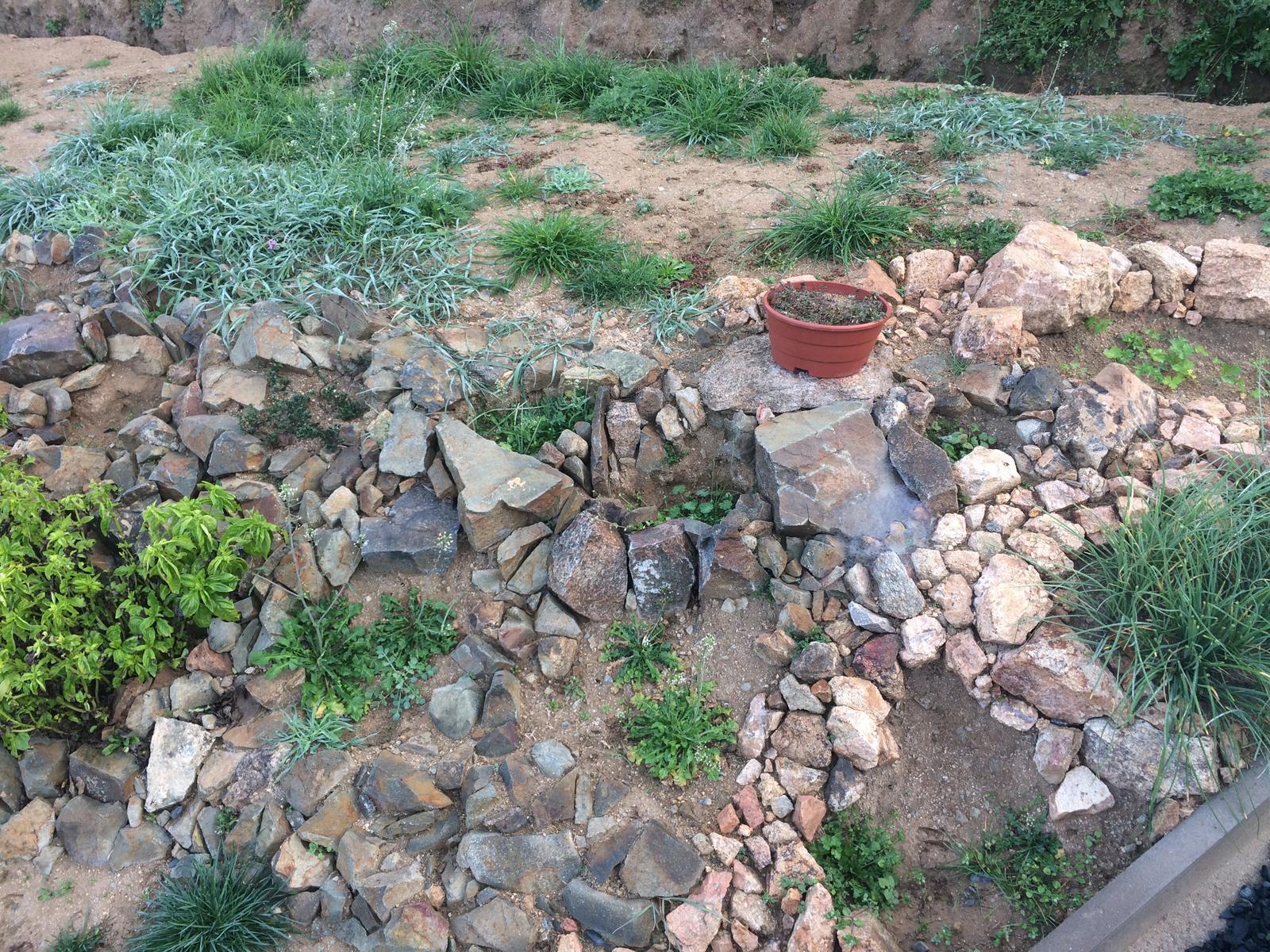 Skřítčí zahrada 2015 - 2020 - Říjen 2017 - zatím jen minimálně osázená bylinková skalka