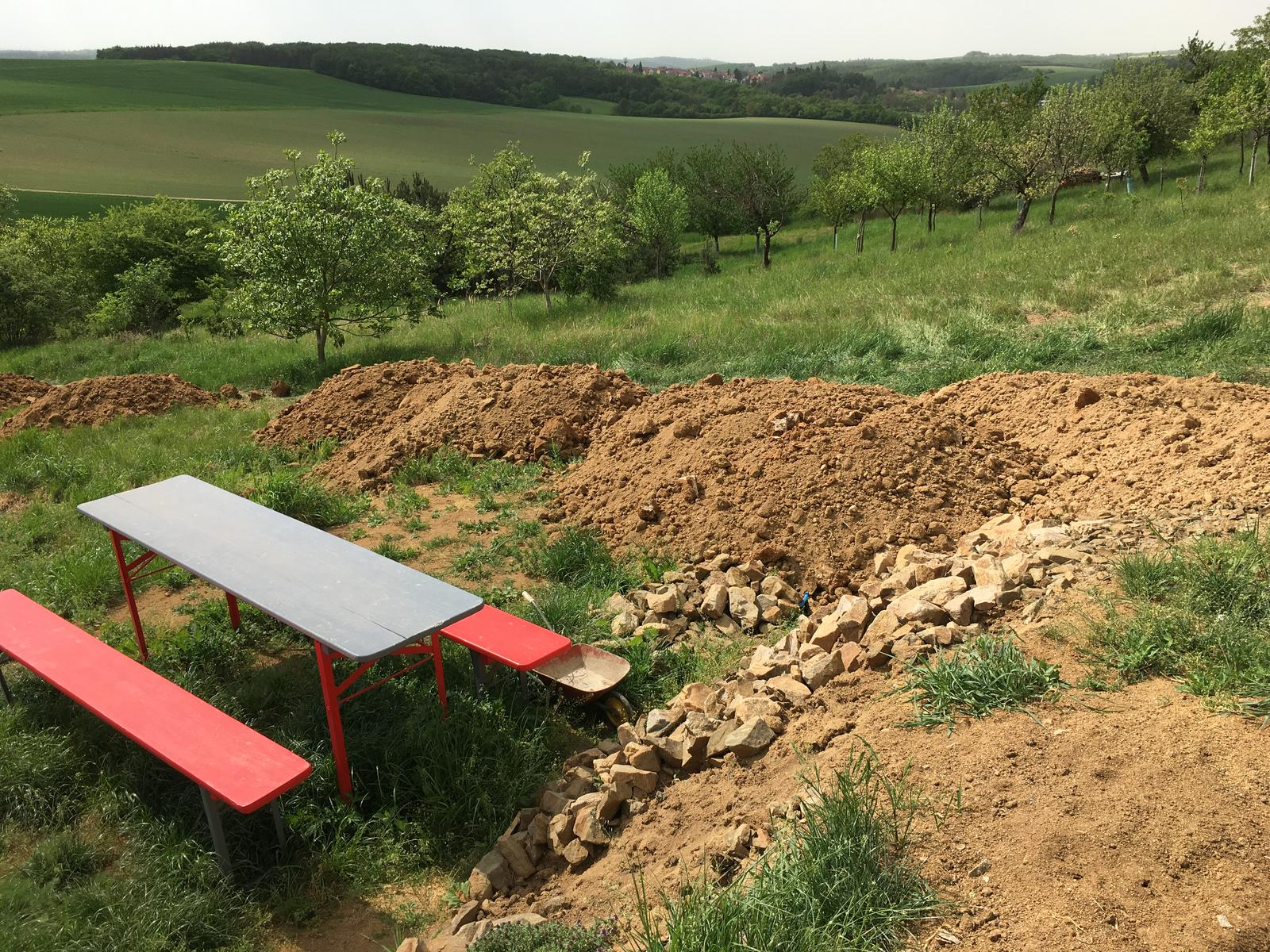 Skřítčí zahrada 2015 - 2020 - Duben 2018 - přivezli nám hlínu