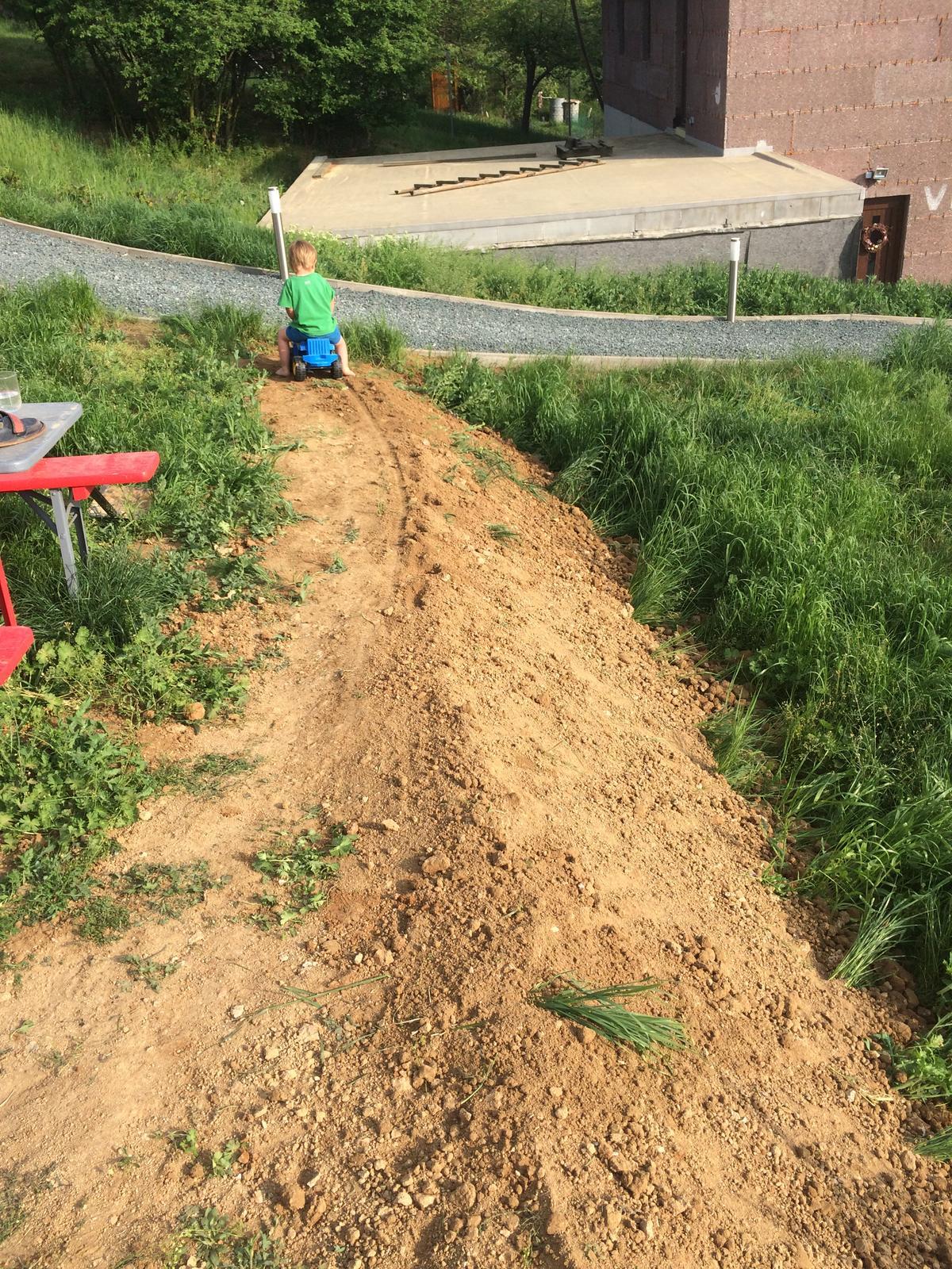 Fáze druhá ... zahrada - Květen 2018 - vrhám se na terénní úpravy