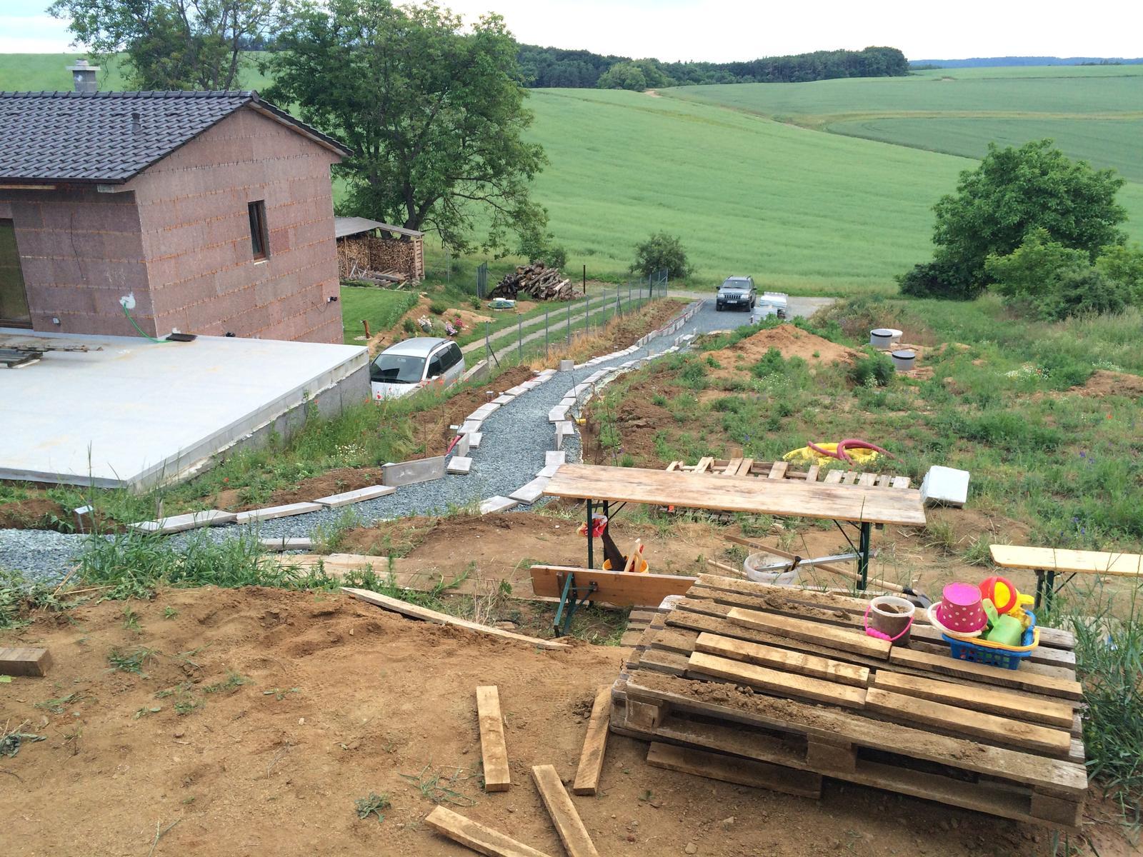 Skřítčí zahrada 2015 - 2020 - Červen 2016 - teprve teď se dělají obrubníky