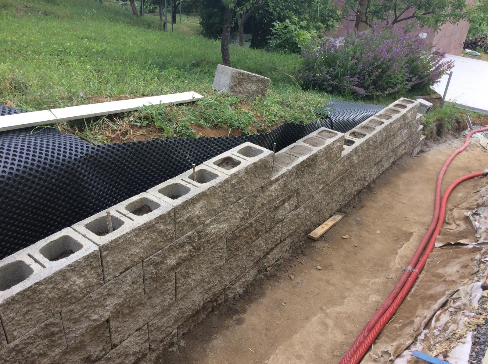Fáze druhá ... zahrada - Červen 2016 - stavba boční zídky (na hranici pozemku)