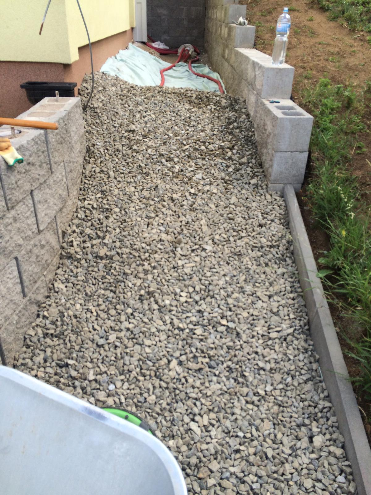 Fáze druhá ... zahrada - Červenec 2016 - dosypání štěrku až ke hlavnímu vchodu do domu