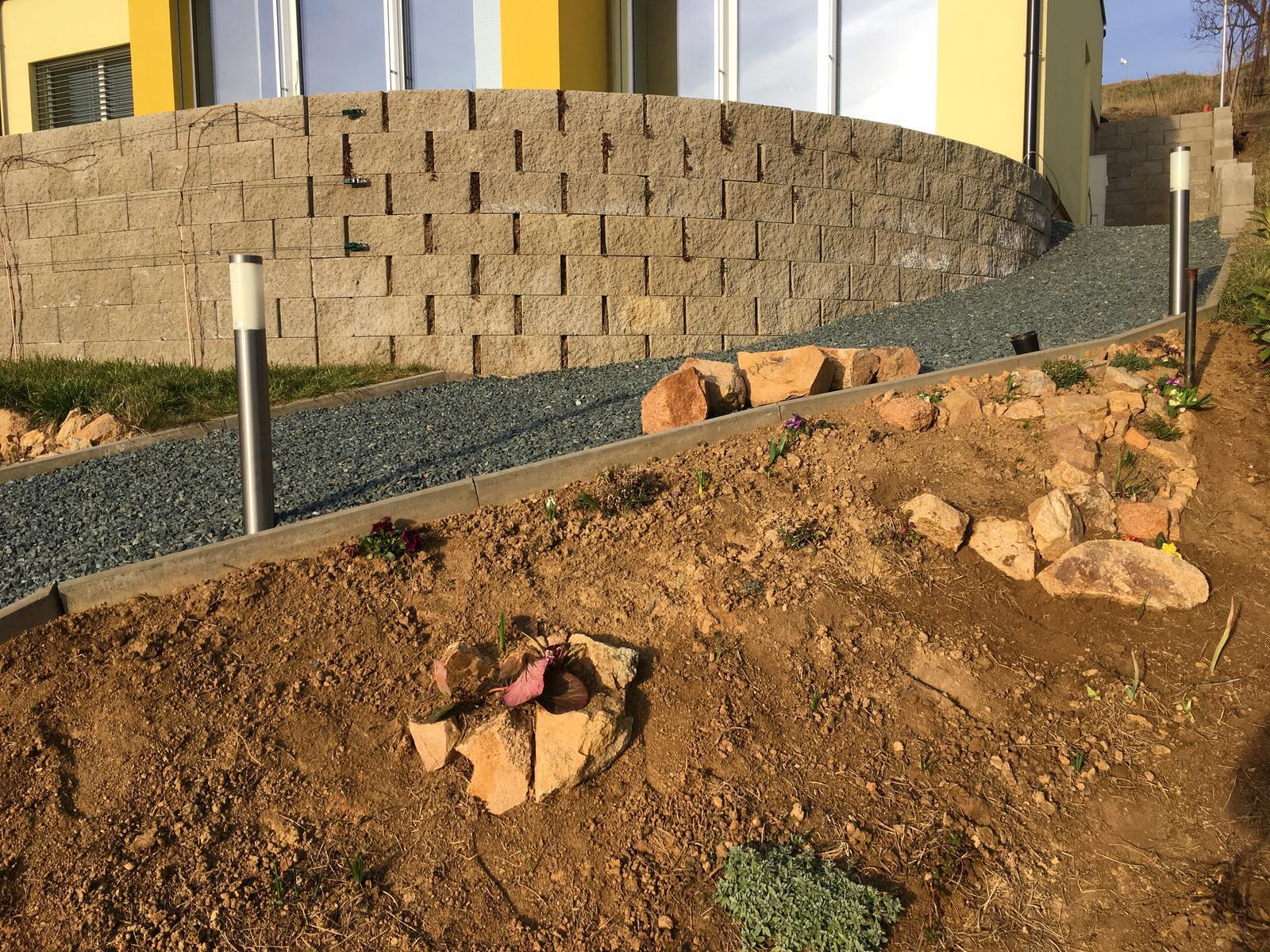 Skřítčí zahrada 2015 - 2020 - Březen 2019 - na podzim jsem zasázela květiny, jenže jsem k nim nedala kolíčky (ale vím, že jsem mezi rostlinami nechala mezery), no, zahradnice amatérka, tak teď čekám, co kde vyraší, a pak obskládám kameny