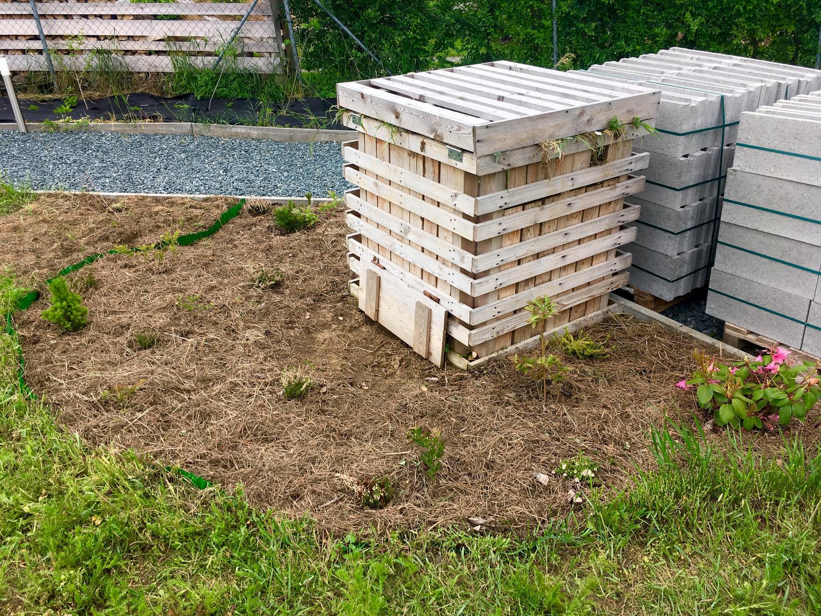 Fáze druhá ... zahrada - Květen 2019 - hnojení a mulčování prostoru borůvek (rohovina, kompost, zetlelé ořešákové listí, borovicové jehličí)