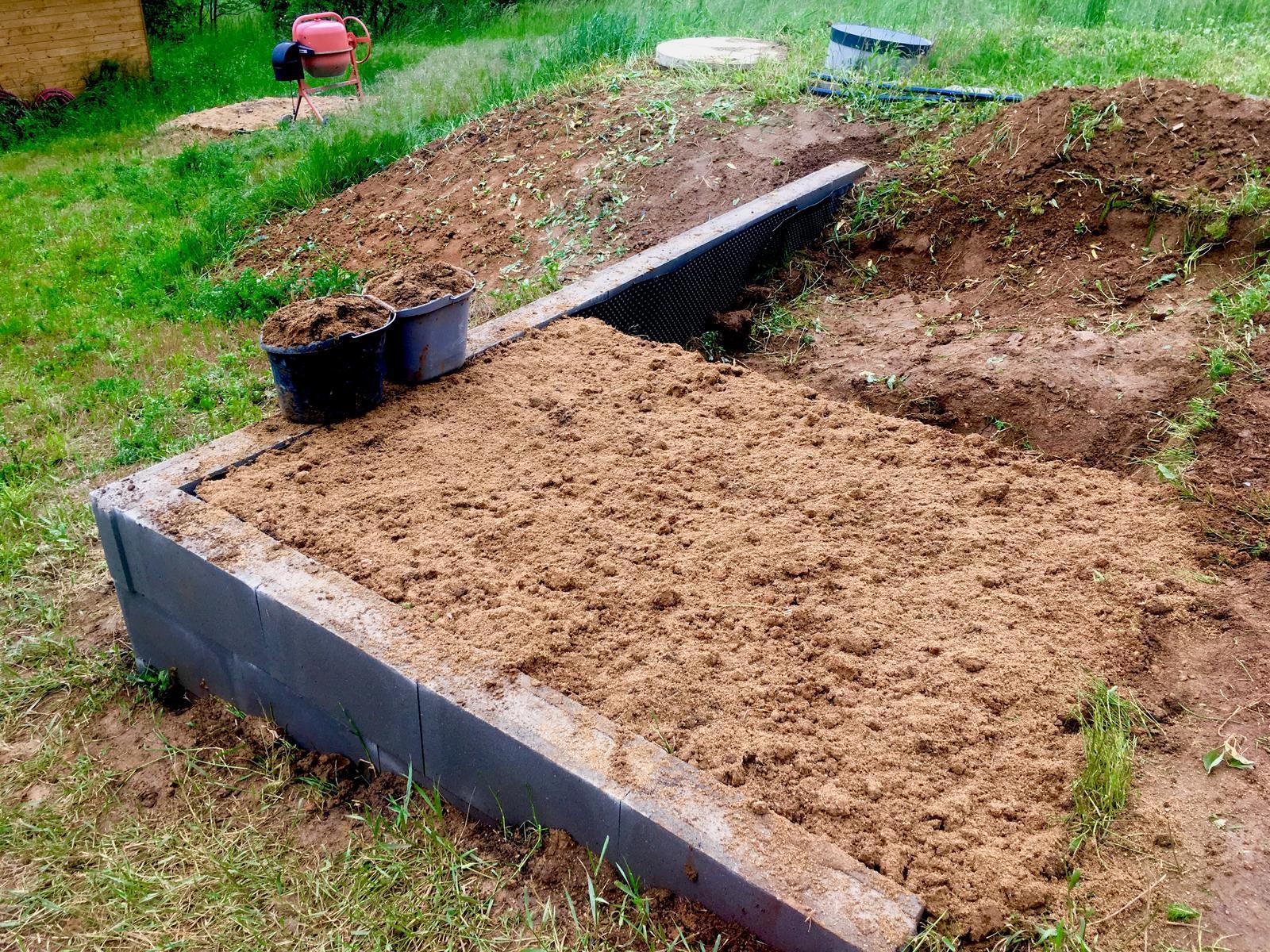 Fáze druhá ... zahrada - Květen 2019 - první vyvýšený záhon (plný zatím z poloviny), určený pro chřest, rajčata, bazalku, lichořeřišnici a měsíčky, letos doplněný hrášky a saláty