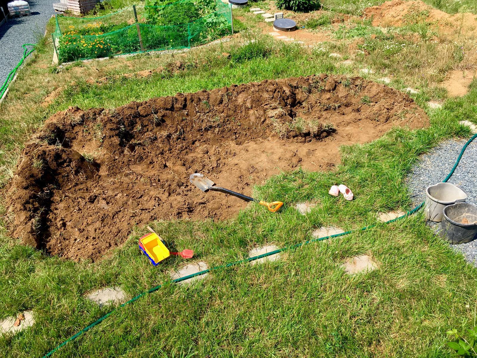 """Skřítčí zahrada 2015 - 2020 - Srpen 2019 - když se vám zdá, že máte rozdělaných projektů """"málo"""", proč si k nim ještě nepřidat """"jezírko"""" (anev vodno-bahenní zarostlou plochu)"""