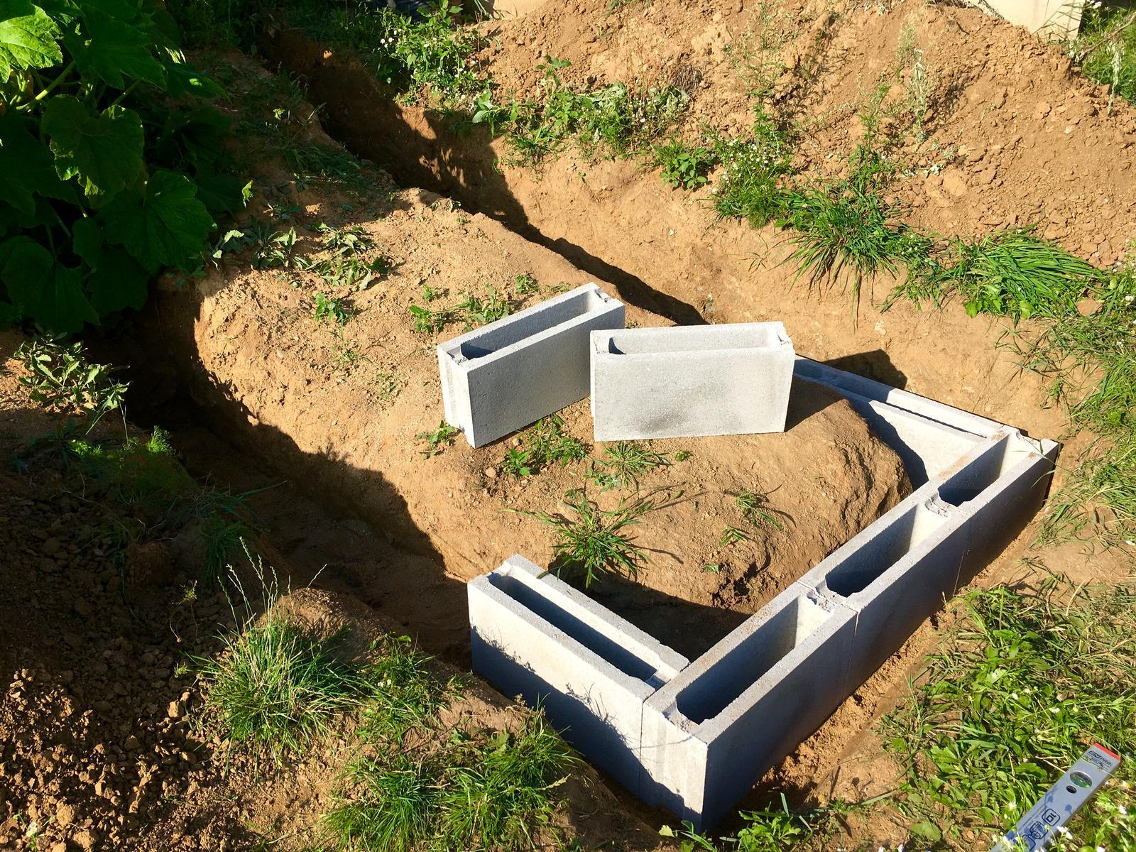 Skřítčí zahrada 2015 - 2020 - Srpen 2019 - první řada betonových tvárnic na budoucí záhon ... není to sice přírodní materiál, na druhou stranu ale vydrží dlouho