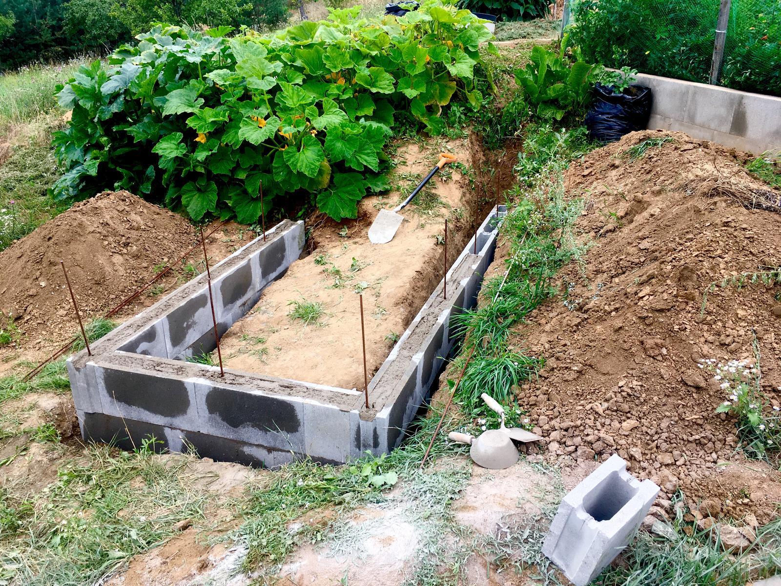 Skřítčí zahrada 2015 - 2020 - Srpen 2019 - betonujeme druhý vyvýšený záhon