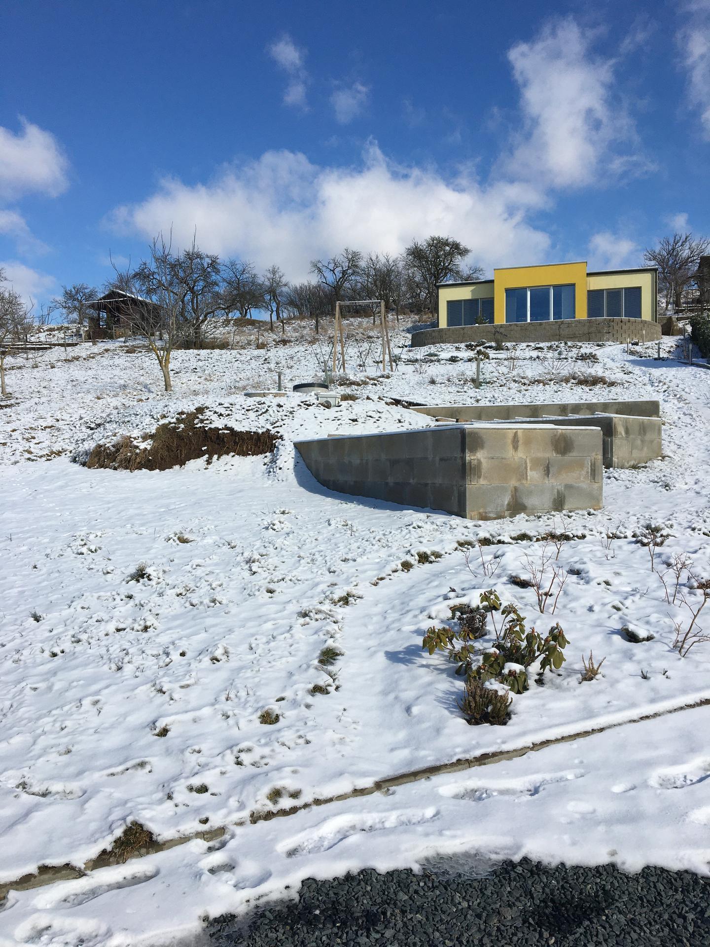 Skřítčí zahrada 2021 - Únor 2021 - po ledovce ještě něco sněhu