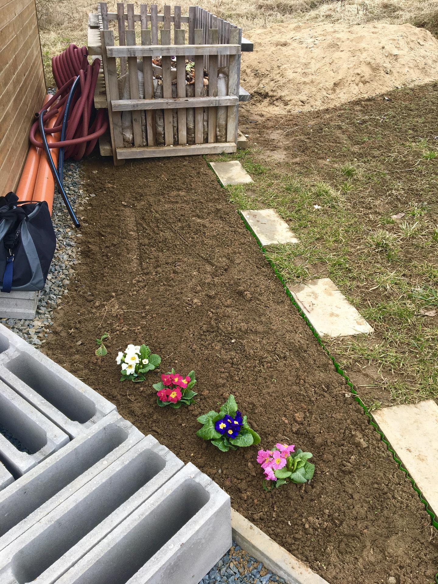 Skřítčí zahrada 2021 - Březen 2021 - nový květinový záhon v polostínu/stínu, plánuju tam hosty, orlíčky, pomněnky, možná srdcovku a ještě mě snad napadne něco s nápadnějšími většími květy