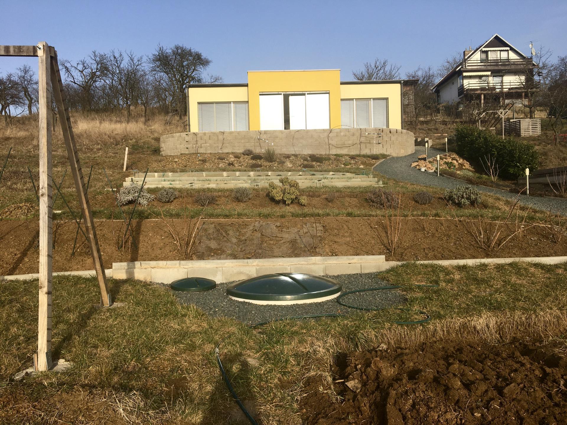 Skřítčí zahrada 2021 - Únor 2021 - zahrada se pomalu začíná probouzet