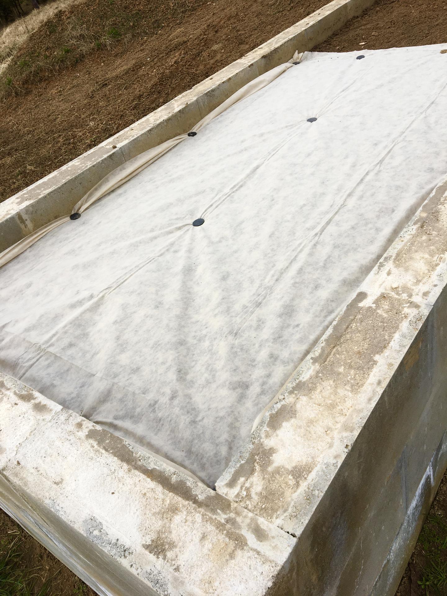 Skřítčí zahrada 2021 - Březen 2021 - zkouším brzké jarní výsevy (ředkvičky, saláty, mrkve a kedlubny) pod bílou netkanou textílii