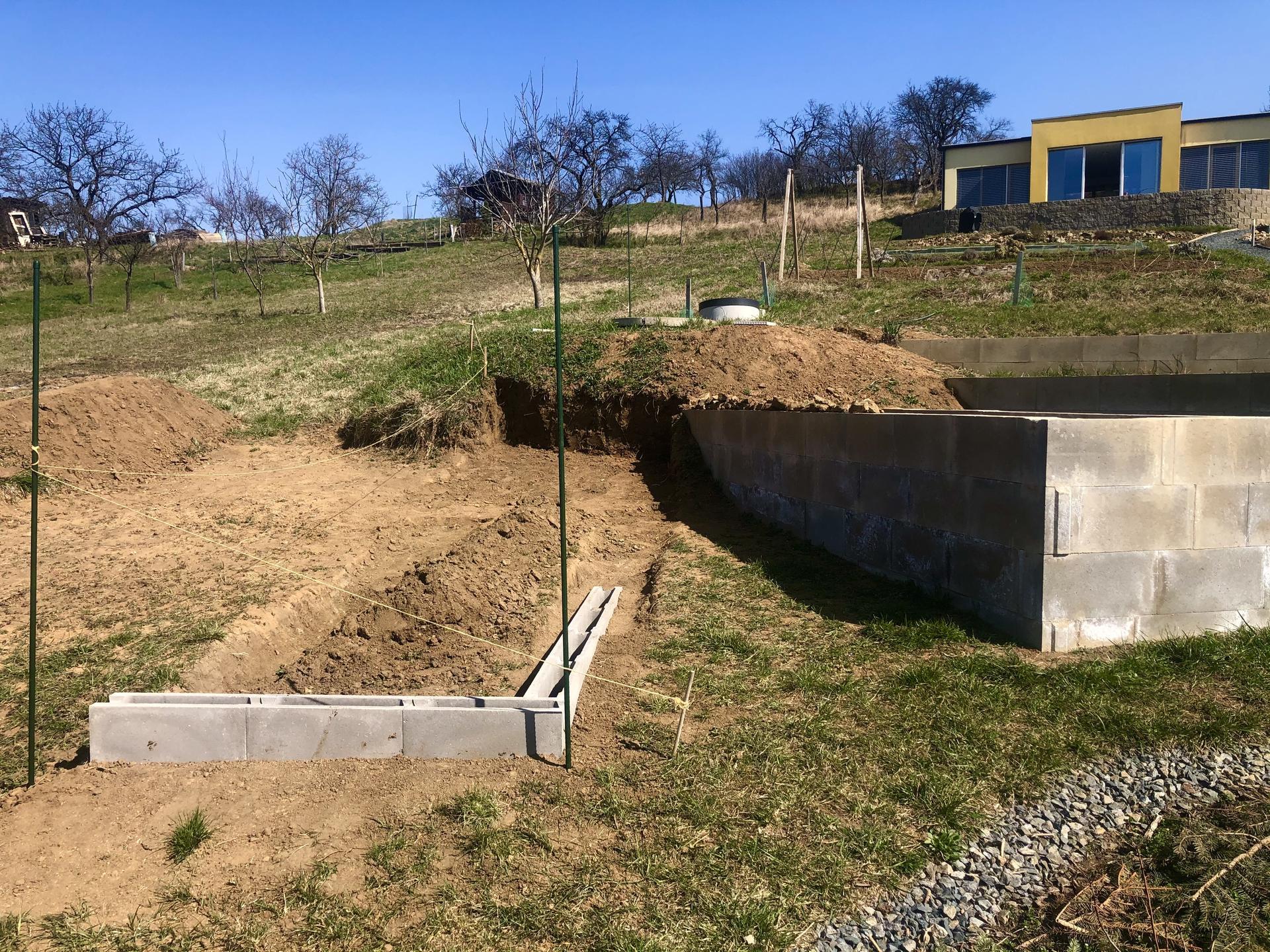 Skřítčí zahrada 2021 - Březen 2021 - tento rok jsou v plánu dva další vyvýšené záhony, na prvním už jsem začala makat