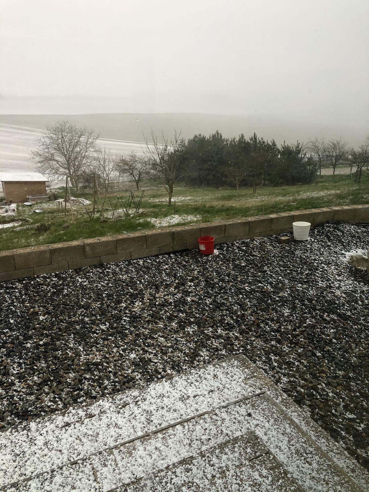 Skřítčí zahrada 2021 - Duben 2021 - ani sníh, ani kroupy, prostě pevné chuchvalce