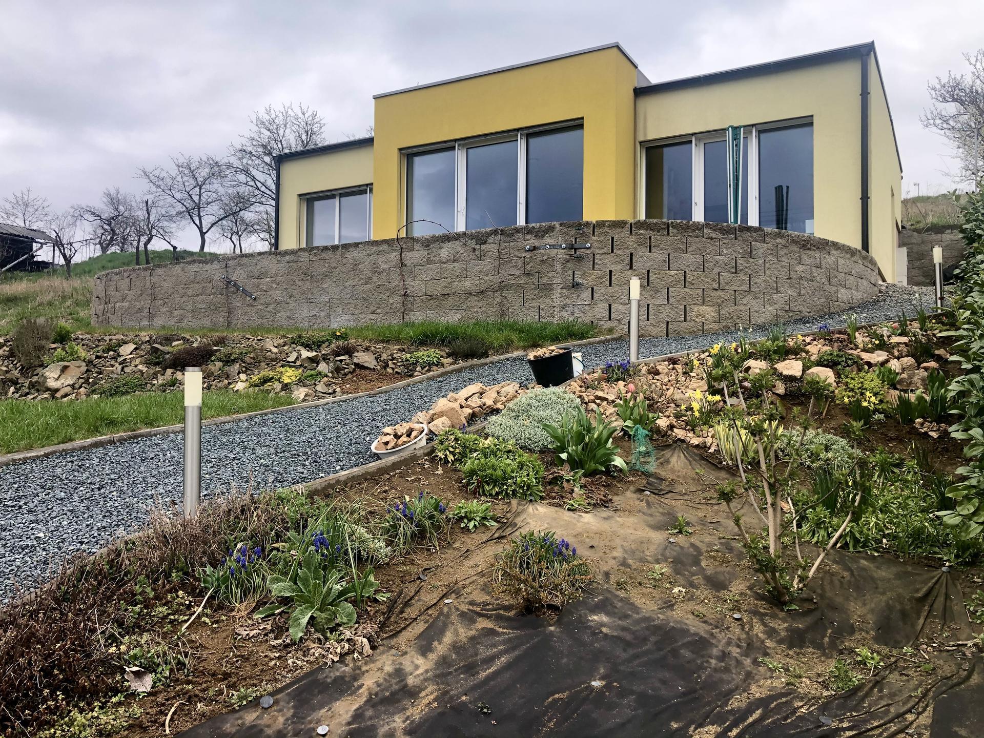 Skřítčí zahrada 2021 - Duben 2021 - obě skalky (bylinková i květinová) se zelenají