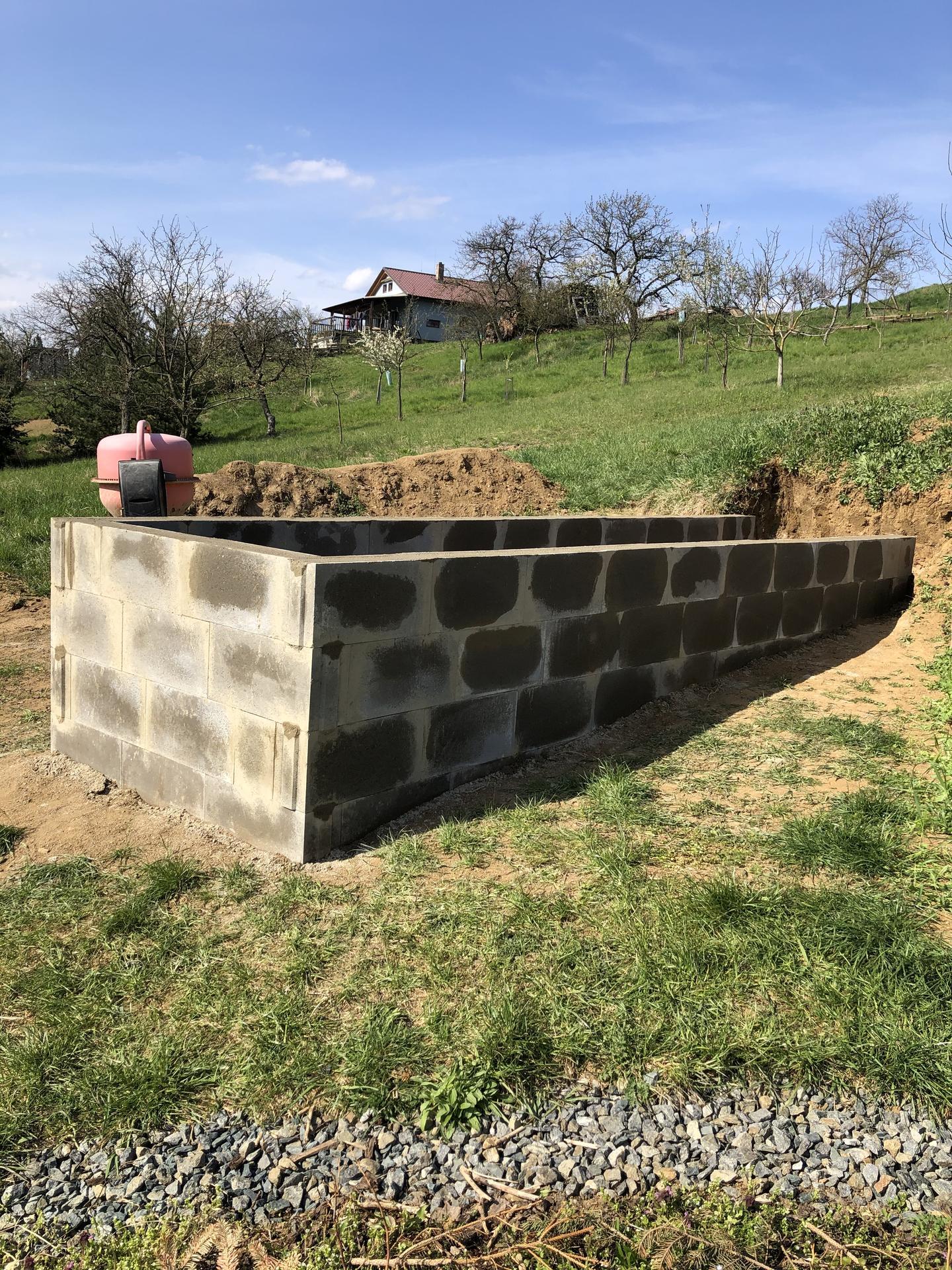 Skřítčí zahrada 2021 - Duben 2021 - čtvrtý vyvýšený záhon postaven