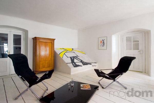 Čo nás inšpiruje... - A ešte pripadá do úvahy verzia s jemnou, menej výraznou podlahou a výrazne farebným drevom na nábytku.