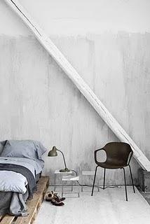 Čo nás inšpiruje... - kým človek našetrí na drahú posteľ....palety poslúžia :-)