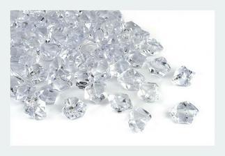čiré krystalky na dekoraci stolů