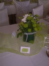 zive kvietky na stoloch