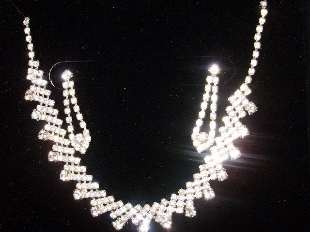 Náš krásny deň 08.05.2010 - náhrdelník a náušničky mi podarovala sestrička....