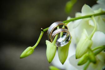 jeden z mála předmětů, které máme stále u sebe a co nám svatební chvíle připomíná neustále