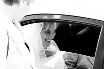protože jsem si přála, aby mě ženich a všichni hosté viděli až když vstoupím do kostela, moje teta mi dělala bodyguarda