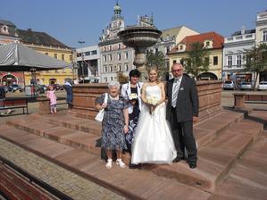 S rodiči, babičkou a naším visícím dítkem na kašně :-D