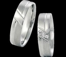 Prsteníčky nám bude zdobit tato kombinace lesku a matu.