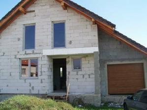 okna a garazova brana uz su, caka sa na vchodove dvere