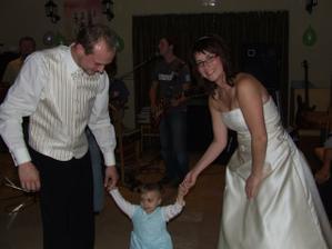 tanec s nejmladší účastnicí svatební párty Lucinkou