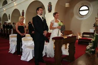 ..navleky na stolicky so zlatou maslou..pekneee :)