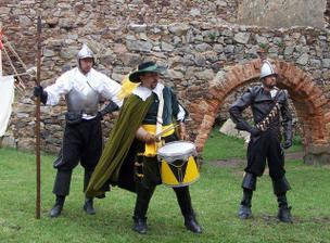 a zašermuje před hradem po obřadu ;o))