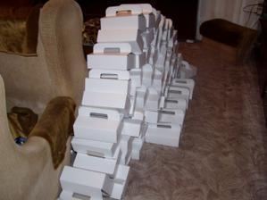 krabičky připravené na rozdávání zákusků