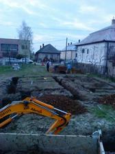 po 9tich hod. kopania a vyvážania zeminy konečne finišujeme...